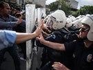 Turecká policie zadržuje demonstranty, kteří se bouří proti vládním krokům po