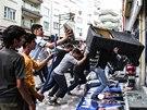 Demonstranti ničí kancelář vládní partaje, kterou viní ze zodpovědnosti za smrt