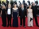Na červeném koberci v Cannes pózují (zprava)hlavní fotograf Dick Pope, herečka...