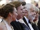 Na červeném koberci v Cannes pózují (zleva)producentka Georgina Lowe, režisér...
