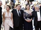 Na červeném koberci v Cannes pózují (zleva)hlavní fotograf Dick Pope, herečka...