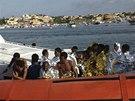 Pobřežní hlídka přiváží zachráněné uprchlíky na Lampedusu. (3. října 2013)