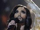 Conchita Wurst zpívá finálovou píseň na Eurovizi v Kodani.