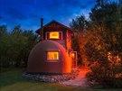 Manželé stavěli netradiční domek více než rok.