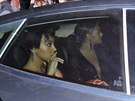 Po incidentu ve výtahu Beyoncé odjela ve voze se sestrou Solange  (6. května