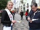 Česká Miss 2014 Gabriela Franková prodávala žluté květy na podporu Českého dne...