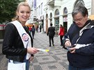 �esk� Miss 2014 Gabriela Frankov� prod�vala �lut� kv�ty na podporu �esk�ho dne...