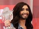Vítězka Eurovize Conchita Wurst po příletu domů (Vídeň, 11. května 2014)