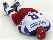 PADLÁ HVĚZDA. Ruský útočník Alexandr Ovečkin leží na zemi po tvrdém zákroku...