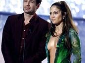 Jennifer Lopezová s hercem Davidem Duchovnym na předávání Grammy 2000....