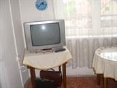 Televizní stolek, v němž měl třiadevadesátiletý muž uloženy své úspory. O...