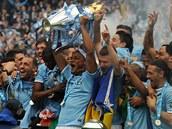 S POHÁREM. Fotbalisté Manchesteru City oslavují zisk mistrovského titulu.