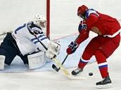 Finský gólman Mikko Kosikinen zasahuje proti Viktoru Tichonovovi z Ruska.