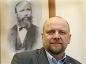 Generální ředitel Tatry Kopřivnice Petr Karásek před portrétem zakladatele...