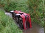 Automobil skončil v rozvodněném potoku v Ruprechticích na Náchodsku. (19. 5....