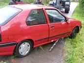 Hasiči vytáhli automobil z potoka v Ruprechticích na Náchodsku pomocí těžké...