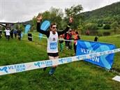 Karel Kédl finišuje na Vltava Runu a za ním běží zbytek víězného týmu, který...