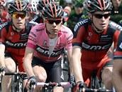 Cadel Evans Evans v růžovém dresu lídra Gira obklopen týmovými kolegy ze stáje