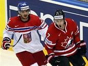 Kanadsk� hokejista Kyle Turris (vpravo) slav� g�l proti �esku, p�ihl�� Martin...