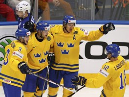 Švédští hokejisté slaví branku do sítě Francie.
