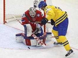 Norský hokejový brankář Steffen Soberg zasahuje proti Jimmie Ericssonovi ze
