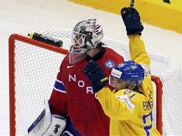 Norský brankář Steffen Soberg smutní po švédském gólu.