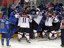 BITKA. V duelu Kazachstán vs. Lotyšsko se hokejisté na ledě i poprali.