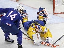 Švédský brankář Anders Nilsson se vrhá po puku v utkání s Francií.
