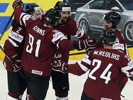 VYROVNÁNO. Hokejisté Lotyšska se radují z gólů do brány Finska. Střelcem byl