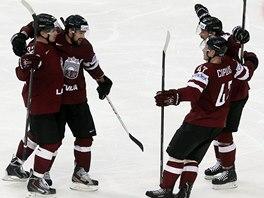 VÍTĚZNÝ GÓL. Hokejisté Lotyšska oslavují trefu Arturse Kuldy (vlevo) do finské