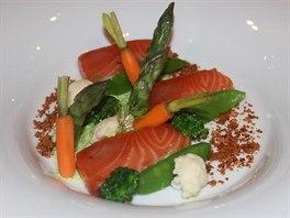 Marinovaný losos s blanšírovanou zeleninou a šalotkovým prachem