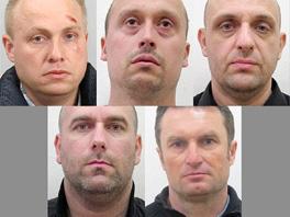 Pět ze sedmi obžalovaných v případu vraždy českého podnikatele Petra Vlacha.