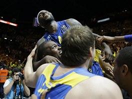 Tyrese Rice (nahoře) slaví se spoluhráči z Maccabi Tel Aviv vítězství v...