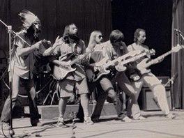 Žlutý pes (pod krycím jménem Tomahawk) v plné palebné kytarové síle: zleva