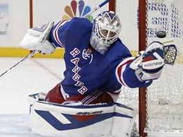 Brank�� New York Rangers Henrik Lundqvist v akci.