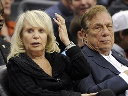 Majitel Los Angeles Clippers Donald Sterling a jeho �ena Rochelle.