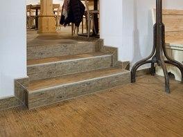 Interiér dýchá dřevem, podlaha je však keramická dlažba RAKO s dekorem dřeva.