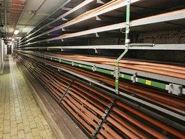 Velké množství kabelů je způsobeno tím, že v metru je vše mnohonásobně jištěno.