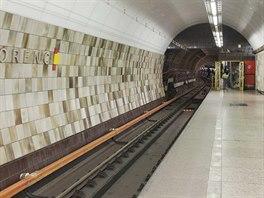 Otevřené dveře vedou do neveřejné části stanice (původně nástupiště pro...
