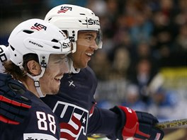 Ameri�t� hokejist� Seth Jones (vpravo) a Peter Mueller slav� g�l proti...