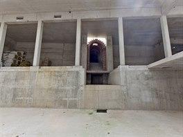 Součástí podzemí je i squashový kurt, posilovna a zázemím s toaletami a...