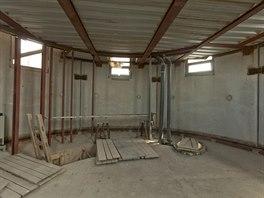 Aby bylo dobře vidět na celou Prahu, má část podlahy v obývacím prostoru...
