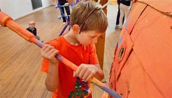 Na výstavě Bzzukot v Objeváriu se z dětí na chvilku stanou mravenci a včely