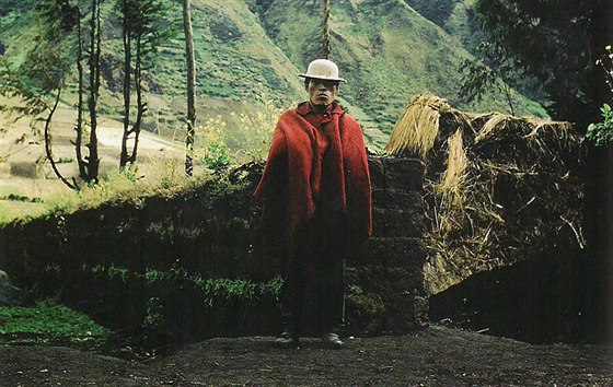 Horský indián ve svém tradičním rudém pončuu ekvádorské Riobamby.