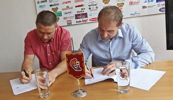 Hokejista Marek Melenovský (vlevo) a jednatel Dukly Jihlava Bedřich Ščerban při