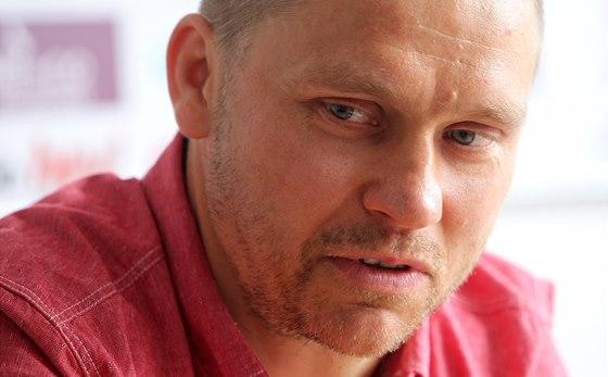 Hokejista Marek Melenovsk� po podpisu smlouvy s Jihlavou.