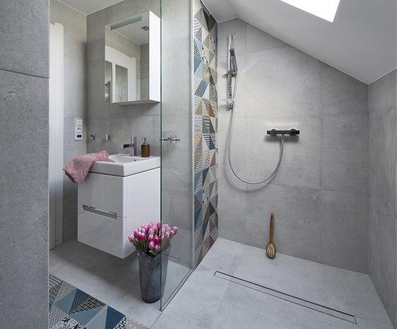 Vanu v malé koupelně nahradil sprchový kout.