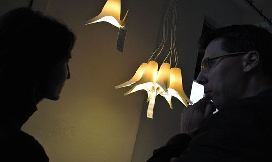 Lustr z konviček IKEA  vymysleli před časem designéři ze studia BOADESIGN -