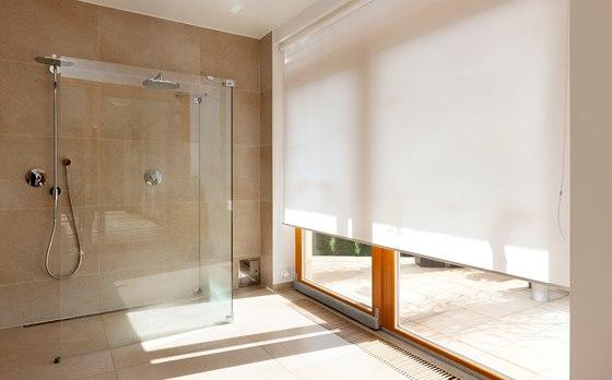 Ani v koupelně nechybějí velké prosklené plochy a přímý výstup na terasu.