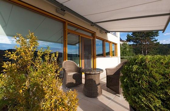 Zastínění terasy zajišťuje kazetová markýza vybavená větrným čidlem.